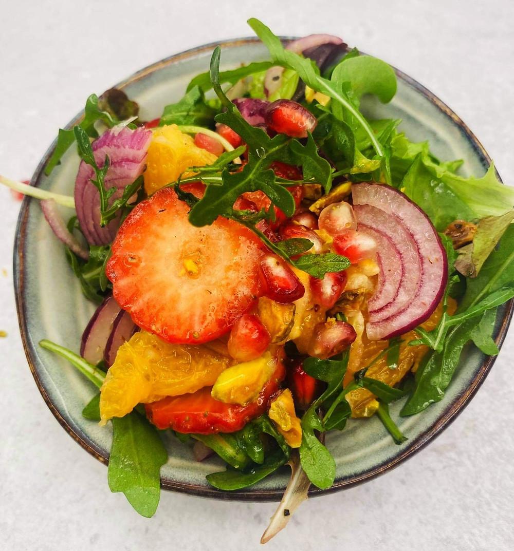 gaivios salotos su apelsinais, braškėmis ir svogūnais, Alfo Ivanausko receptas