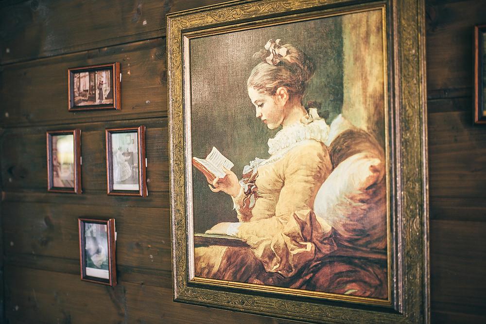 Ant restorano sienų galima pamatyti istorines Ramunės šeimos nuotraukas ir netgi kadrus, menančius namo, kaip grožio salono, praeitį (Valerijos Stonytės nuotr.)