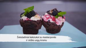 Šokoladiniai keksiukai su maskarponės ir miško uogų kremu, vmg receptas