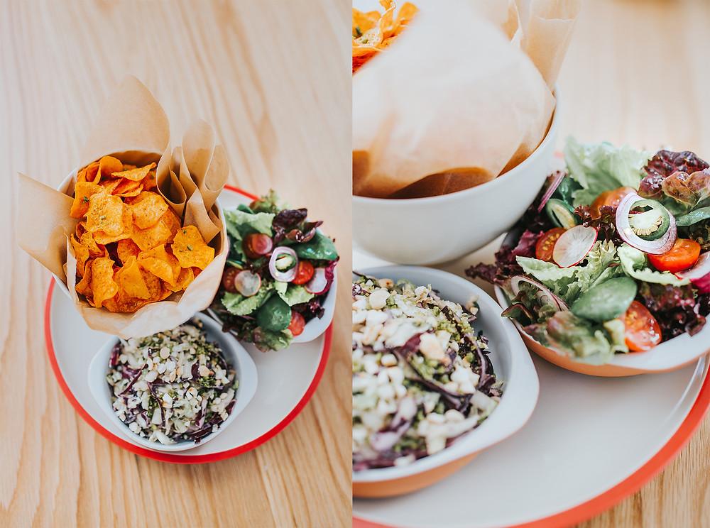Garnyrai: batatų traškučiai, coleslaw salotos, šviežios daržo salotos (Valerijos Stonytės nuotr.)