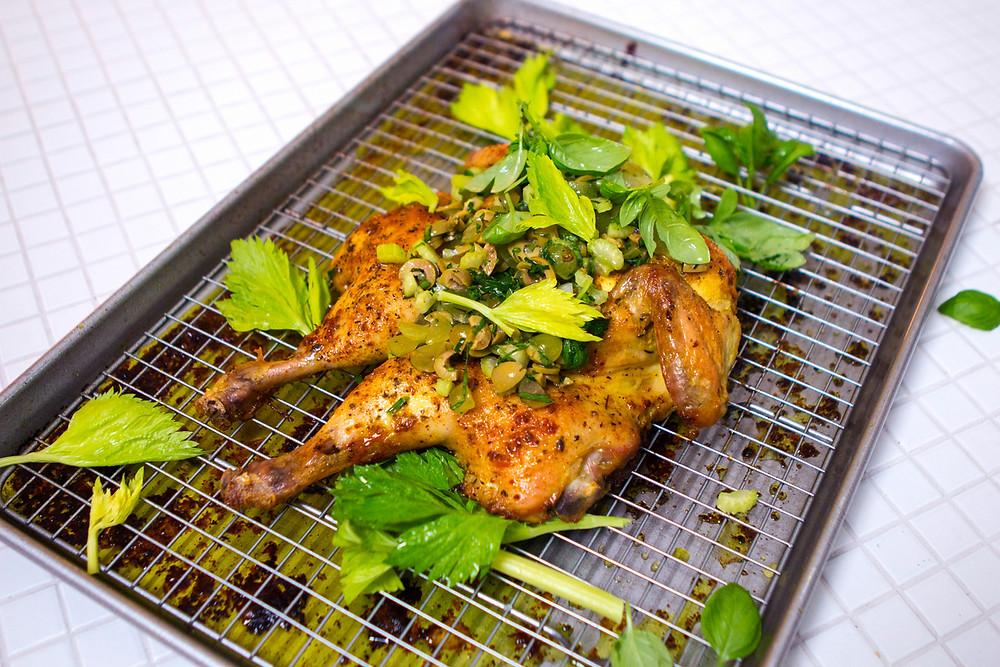 Išplotas viščiukas su morkų pestu ir vynuogių salsa. vmg receptas