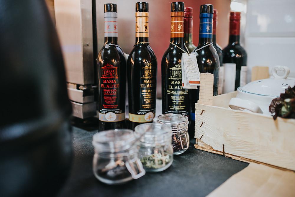 Kavinukėje-krautuvėlėje galima nusipirkti įvairių gurmaniškų skanėstų, mėgstamų Prancūzijoje: aliejaus, vynų, garstyčių, sraigių ir kitų. Valerijos Stonytės nuotr.