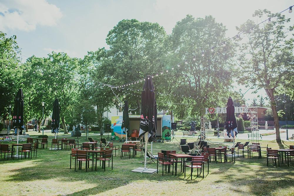 """Kultūros pieva """"I Love Palanga"""" - taip vadinasi ši vieta. Terasa, veikianti šiltuoju metų laiku jau nuo 2012 metų, nemokamais ir unikaliais renginiais pritraukia klubų ir barų nemėgstantį jaunimą. (Valerijos Stonytės nuotr.)"""
