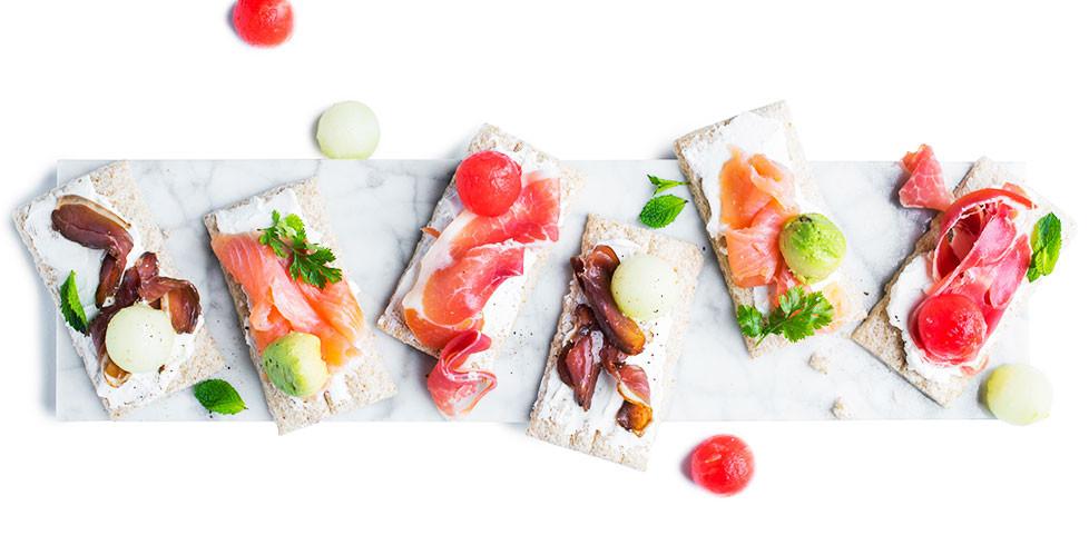 Sumuštinukai su ožkų sūriu, vytintu kumpiu ir arbūzu, vmg receptas