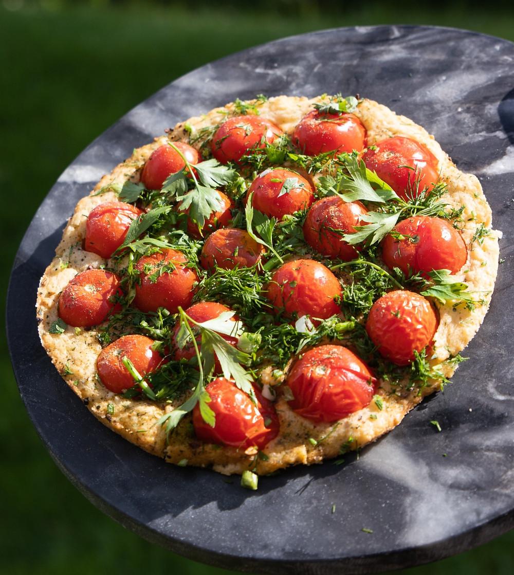 grilyje keptas pyragas su pomidorais, Alfo