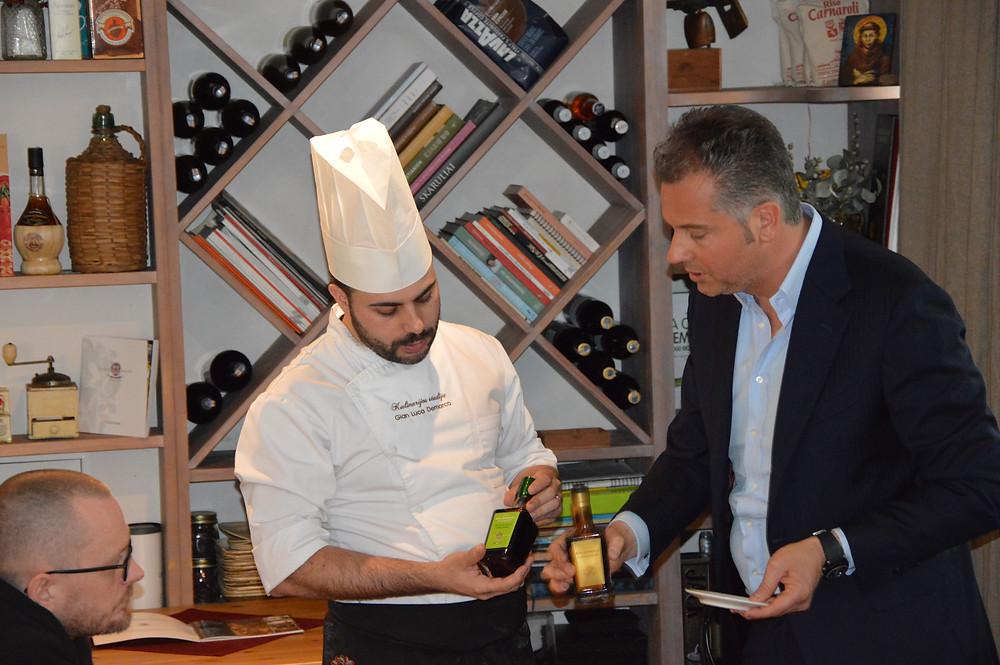 """Gian Luca Demarco kartu su Massimo Melpighi aiškina, kaip atskirti balzaminių actų rūšis. (""""Kulinarijos studijos"""" nuotr.)"""