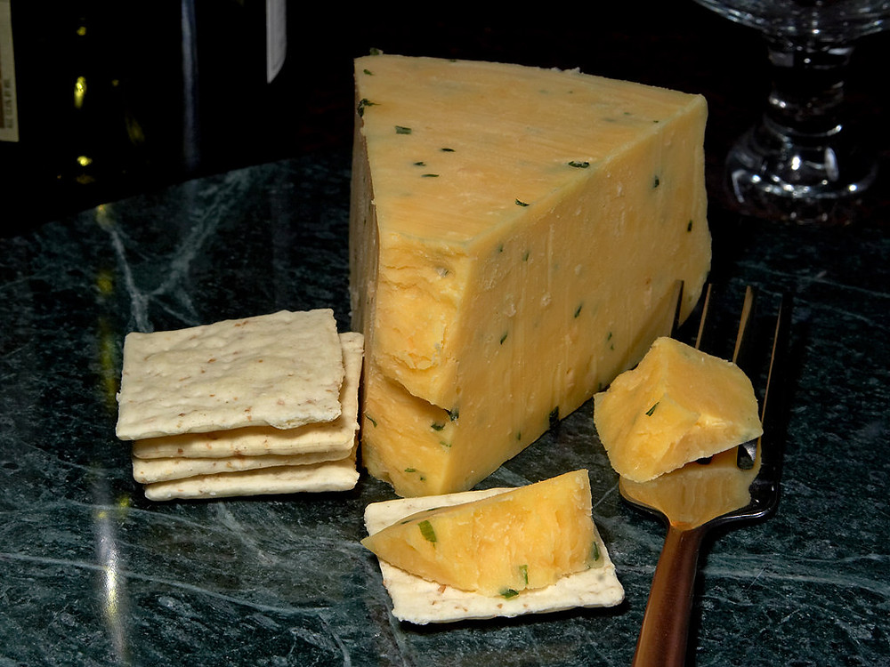 Tradicinis Glosterio sūris valgomas su krekeriais.