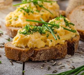 Kitokia plakta kiaušinienė: be pieno, patiekta su pomidorais