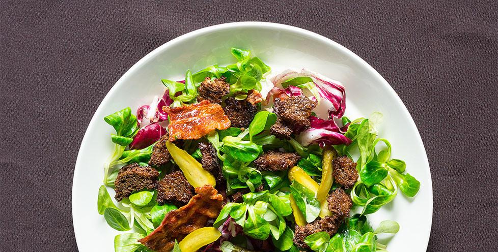 Salotos su kepta šonine ir marinuotais agurkėliais, vmg receptas