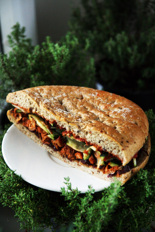 """Vegetariškas sumuštinis su keptu stambiuoju duonvaisiu, karamelizuotais svogūnais ir barbekiu padažu. """"Chaikos"""" nuotr."""