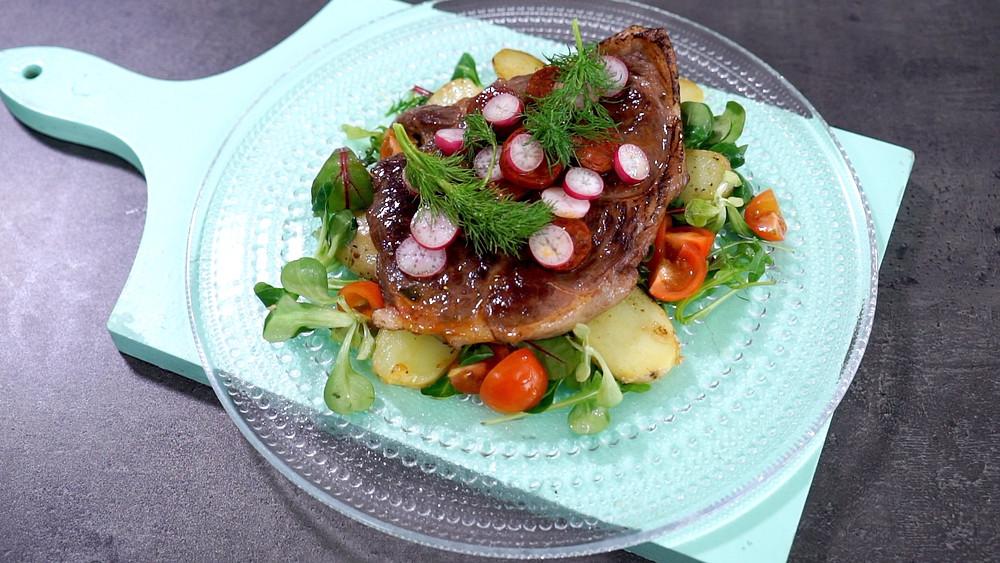 Jautienos kulninė su čoriso dešra ir karštomis bulvių salotomis, vmg receptas