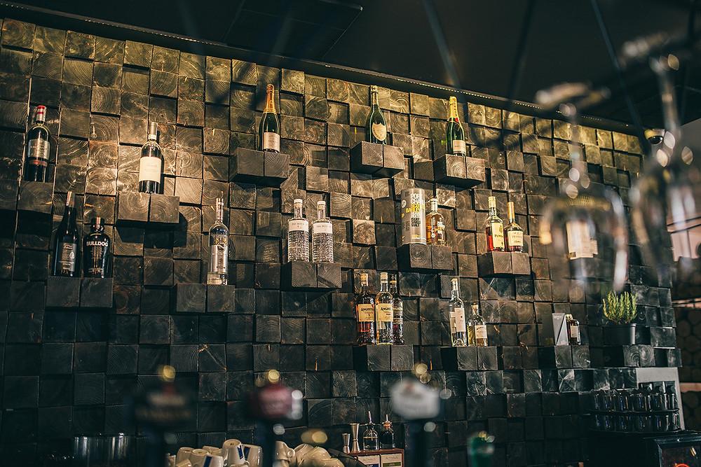 """""""Tamsios spalvos, malkų dekoracijos – tai buvo dizainerio sprendimas. Nenorėjome būti tipinis itališkas restoranas, norėjome subtilumo todėl viską sumoderininome"""", – interjerą apibūdino Arūnas (Valerijos Stonytės nuotr.)."""