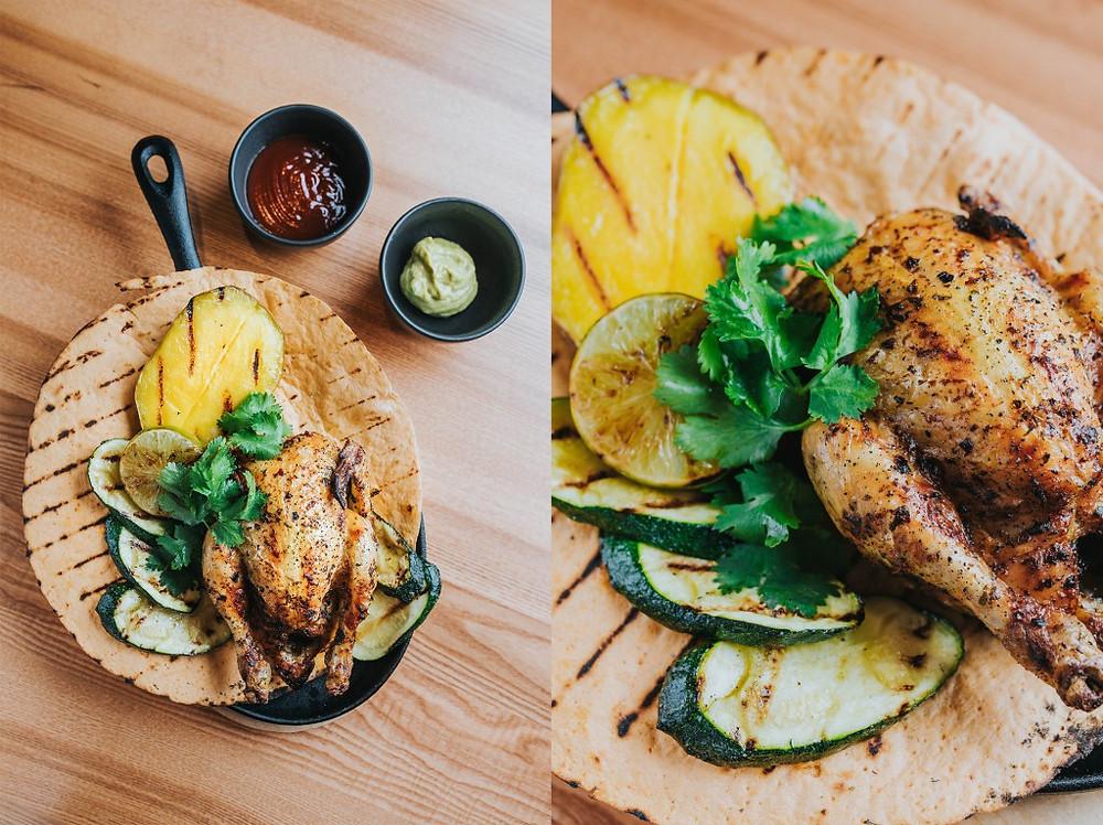 Meksikietiškas kukurūzinis viščiukas, patiekiamas ant kukurūzų paplotėlio su keptomis daržovėmis, barbekiu padažu ir gvakamole. Kaina - 15 Eur. Valerijos Stonytės nuotr.