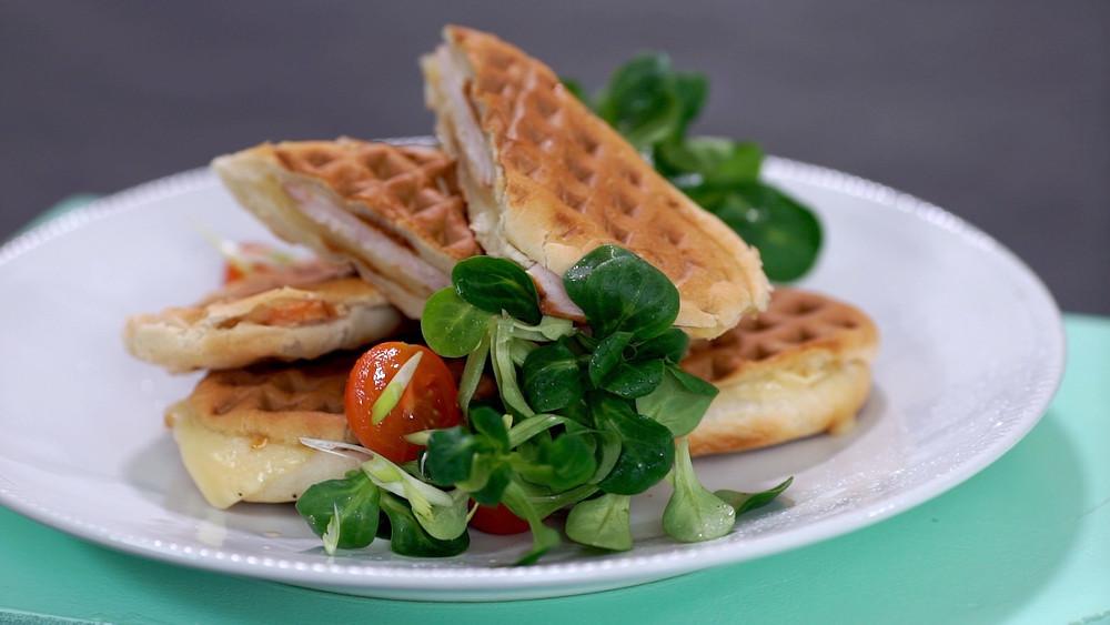 Vaflinėje kepti dešrainiai su virtu kumpiu, sūriu ir kornišonais, vmg receptas