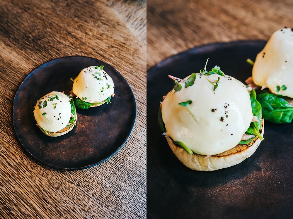 """""""Royale"""" kiaušiniai su restorane rūkyta lašiša ir """"Yuzu Hollandaise"""" padažu - 8,50 Eur. (Valerijos Stonytės nuotr.)"""