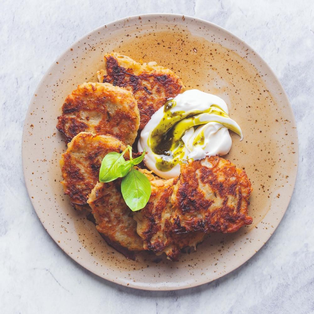 Bulviniai blynai su kvapniu žolelių padažu, Alfo receptai, Alfas Ivanauskas, bulvių patiekalai
