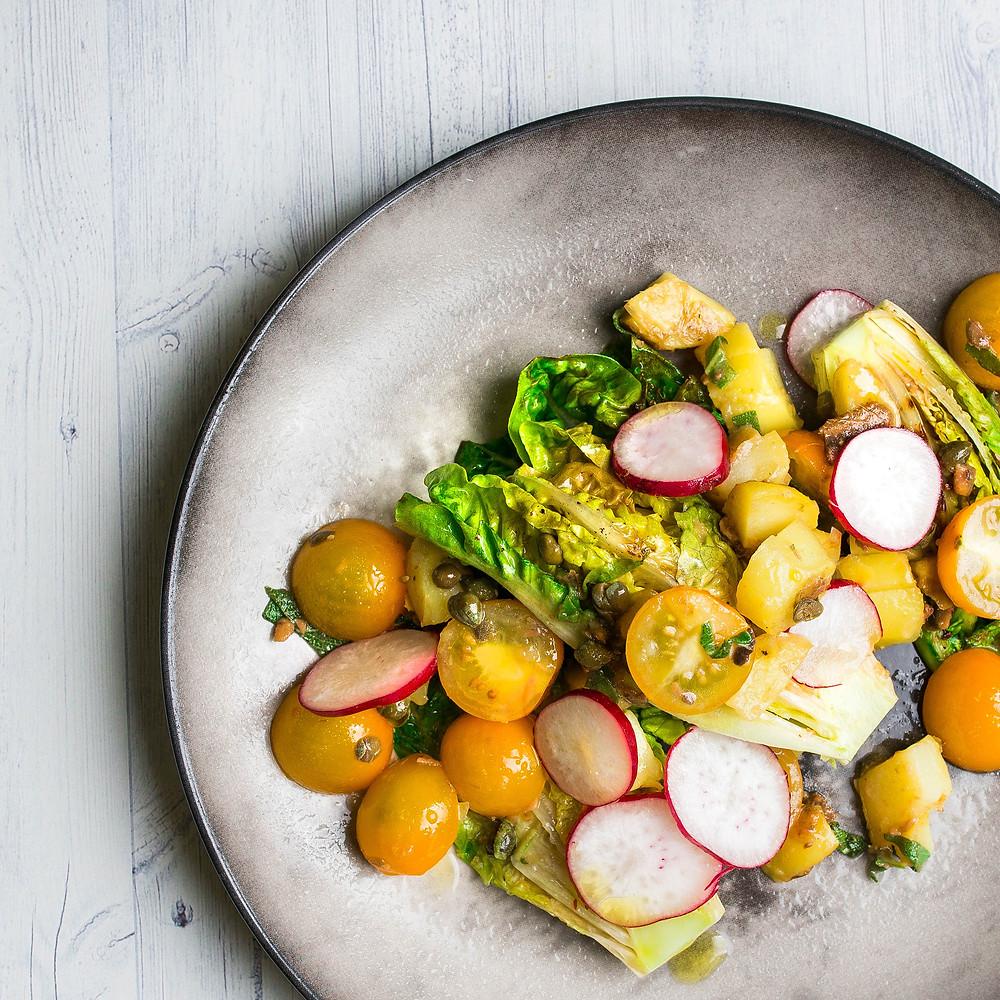 Keptos romaninės salotos su ančiuviais ir mėtinėmis bulvytėmis, vmg receptas