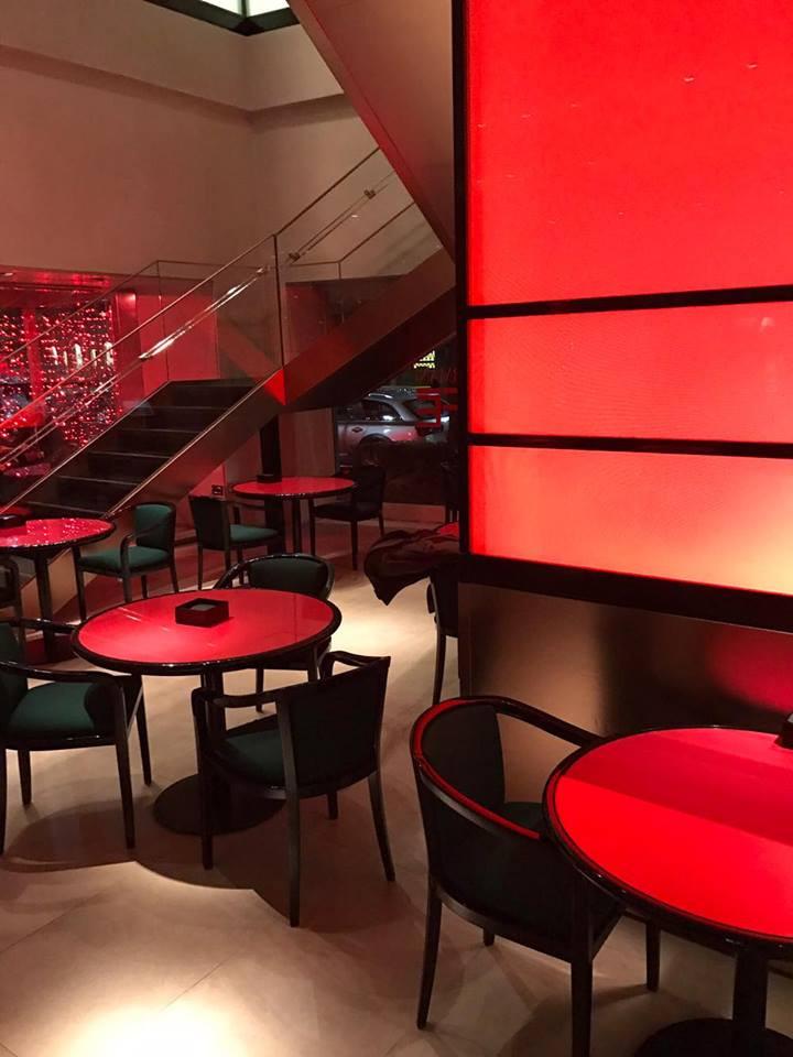 Ryškus, minimalistinio stiliaus kavinės interjeras