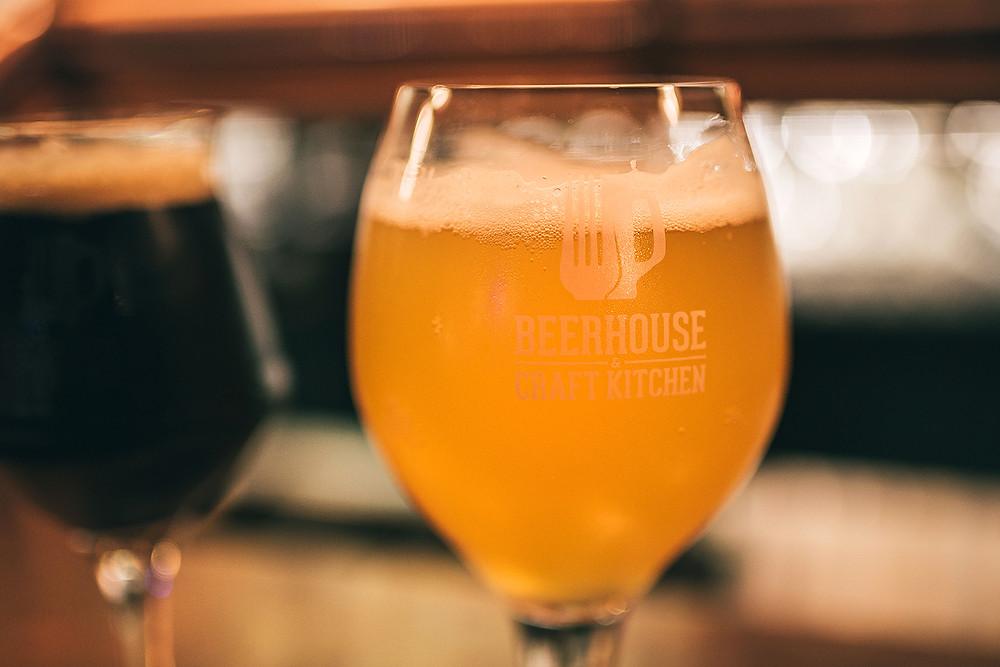 Rekomenduojame paragauti pilstomo Kronenburg Blanche alaus. Kaina mažas/didelis 2.50/3.30 (Valerijos Stonytės nuotr.)