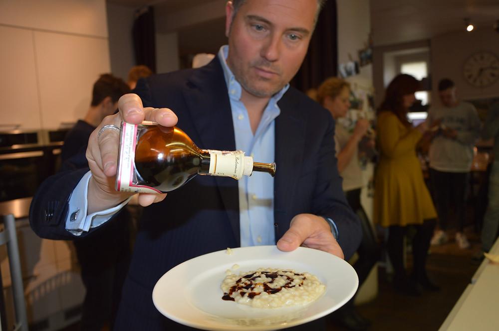 """Massimo Melpighi, prieš patiekdamas daugiaryžį, gardina jį D.O.P. rūšies 25 metų brandinimo balzaminiu actu. (""""Kulinarijos studijos"""" nuotr.)"""