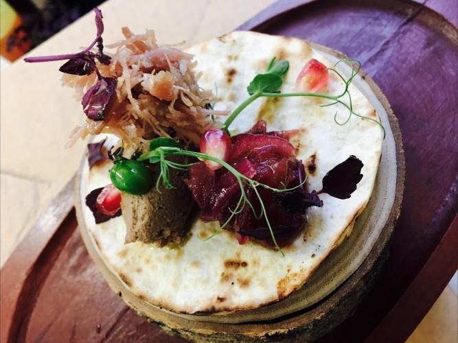 """Antienos confit ir vištienos pašteto užkandis su rabarbarų – svogūnų džemu. (""""Beerhouse"""" nuotr.)"""
