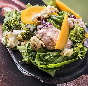 Sočiosios orkaitėje keptų žiedinių kopūstų salotos su brokoliais ir mangais (Receptas)