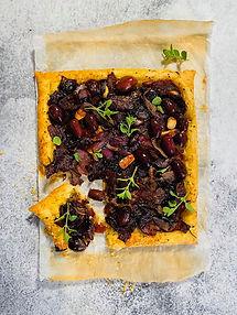 Karamelizuotų svogūnų ir alyvuogių pyragas – tarsi prancūziška pica