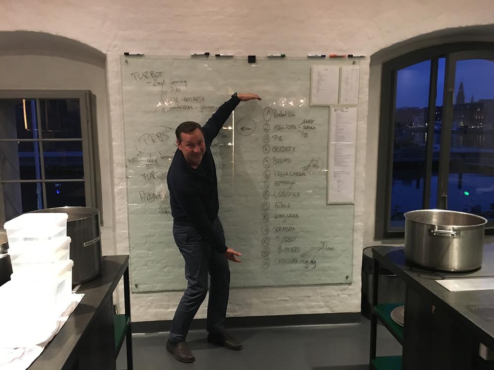 Antrojame aukšte esančioje laboratorijoje taisyklių sąrašas ir meniu (nuotr. Artūro Zuoko)