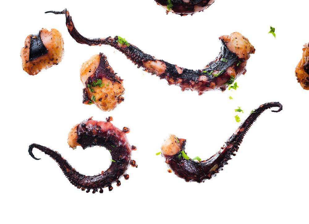 Kalmarų čiuptuvai su česnakais ir kalendromis