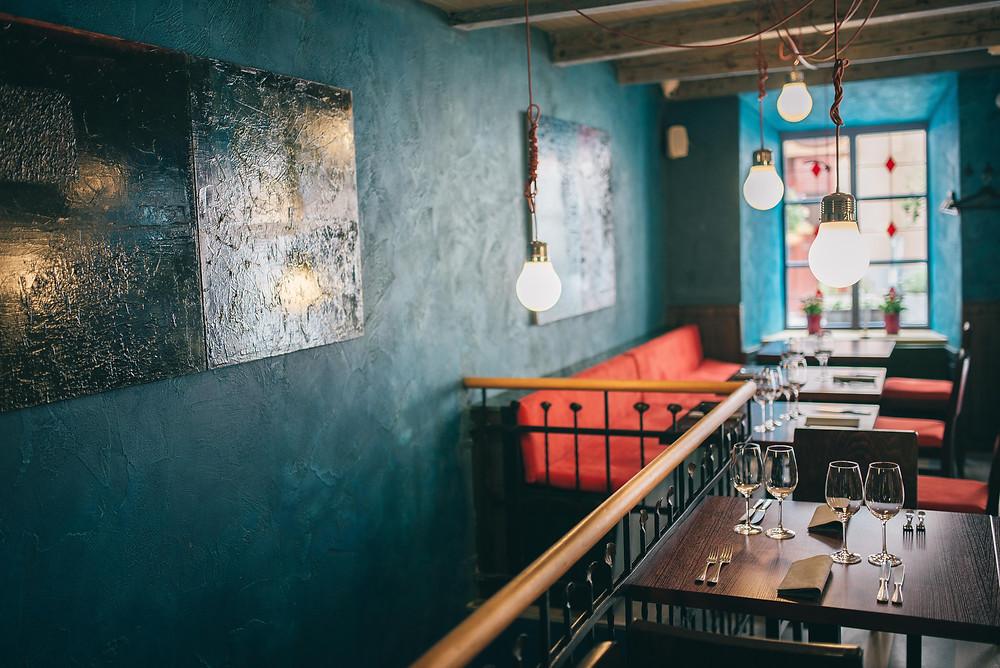 """Tose pačiose patalpose prieš tai veikęs restoranas buvo įrengtas Elzaso-Lotaringijos stiliumi (t. y. baltos sienos ir mediniai balkiai). """"Paralelei 39"""" tai netiko. Naują restorano interjerą kūrė VDA dirbanti Martyno žmona Daina. (Valerijos Stonytės nuotr.)"""