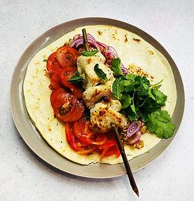 Sultingo vištienos šašlyko su marinuotais obuoliais, svogūnais ir pomidorų salotomis receptas