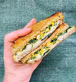 Traškus sumuštinis su špinatais ir mocarela (receptas ne tik pusryčiams)