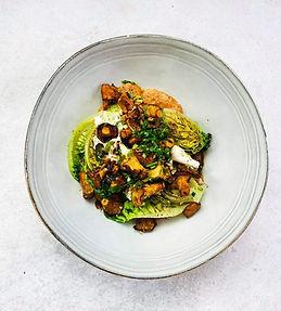 Sočios ir traškios voveraičių salotos su pupelių padažu (Receptas)