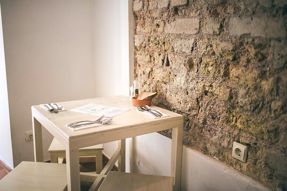 Restorano baras ir stalai yra pagaminti iš jūriniuose konteineriuose pervežamų dėžių. Paprastai jos yra išmetamos (Valerijos Stonytės nuotr.)