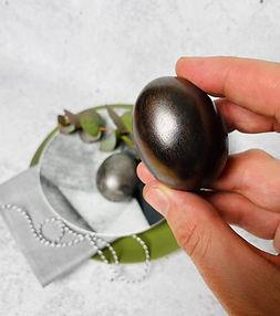 NAUJIENA VELYKOMS! Alfas išrado būdą greitai ir natūraliai nudažyti kiaušinius juodojo perlo spalva