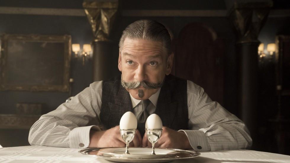 """Naujausiame pagal Agatos Kristi romaną sukurtame filme """"Žmogžudystė Rytų eksprese"""" (Murder on the Orient Express, 2017) pamatysite charizmatiškąjį ūsuotį įkūnijo aktorius Kennethas Branaghas."""