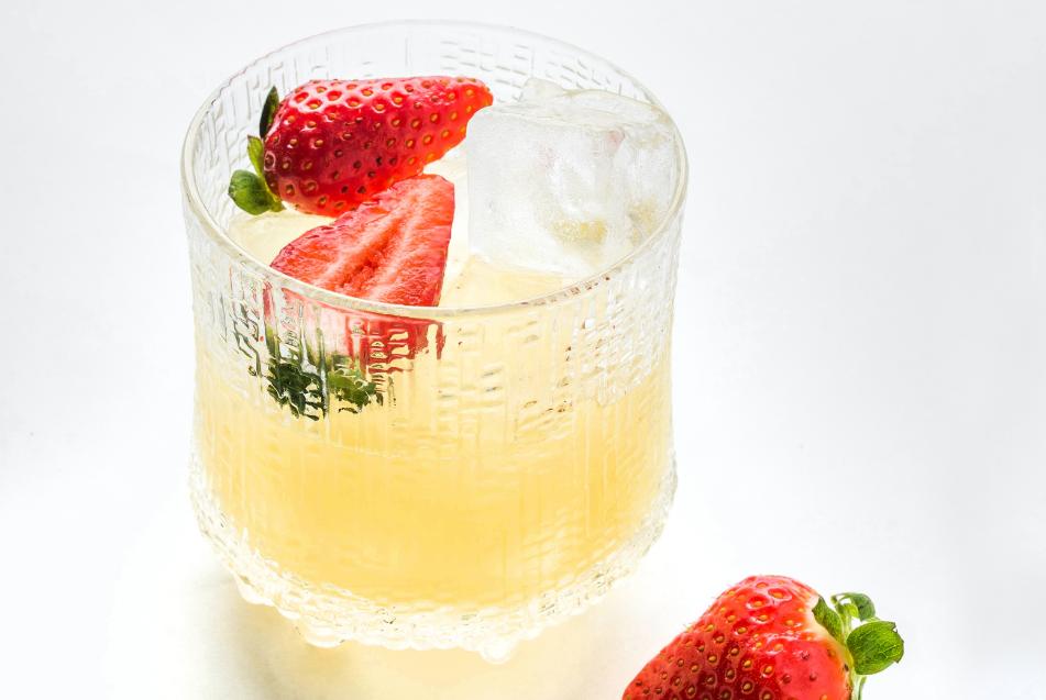 """""""Bacardi carta blanca"""" ir ananasų kokteilis su braškėmis, vmg receptas"""