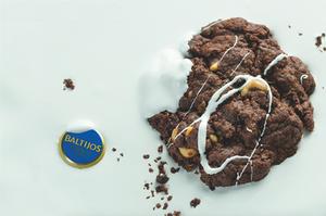 Šokoladiniai sausainiai su džiovintomis slyvomis, anakardžiais ir čiobreliais, vmg receptas