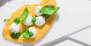 Sūrio rutuliukai su moliūgų padažu ir špinatais, vmg receptas