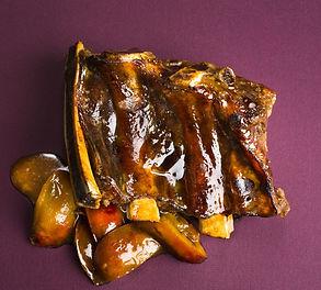 Vieno patiekalo vakarienei –  kiaulienos šonkauliai su slyvų padažu (Receptas)