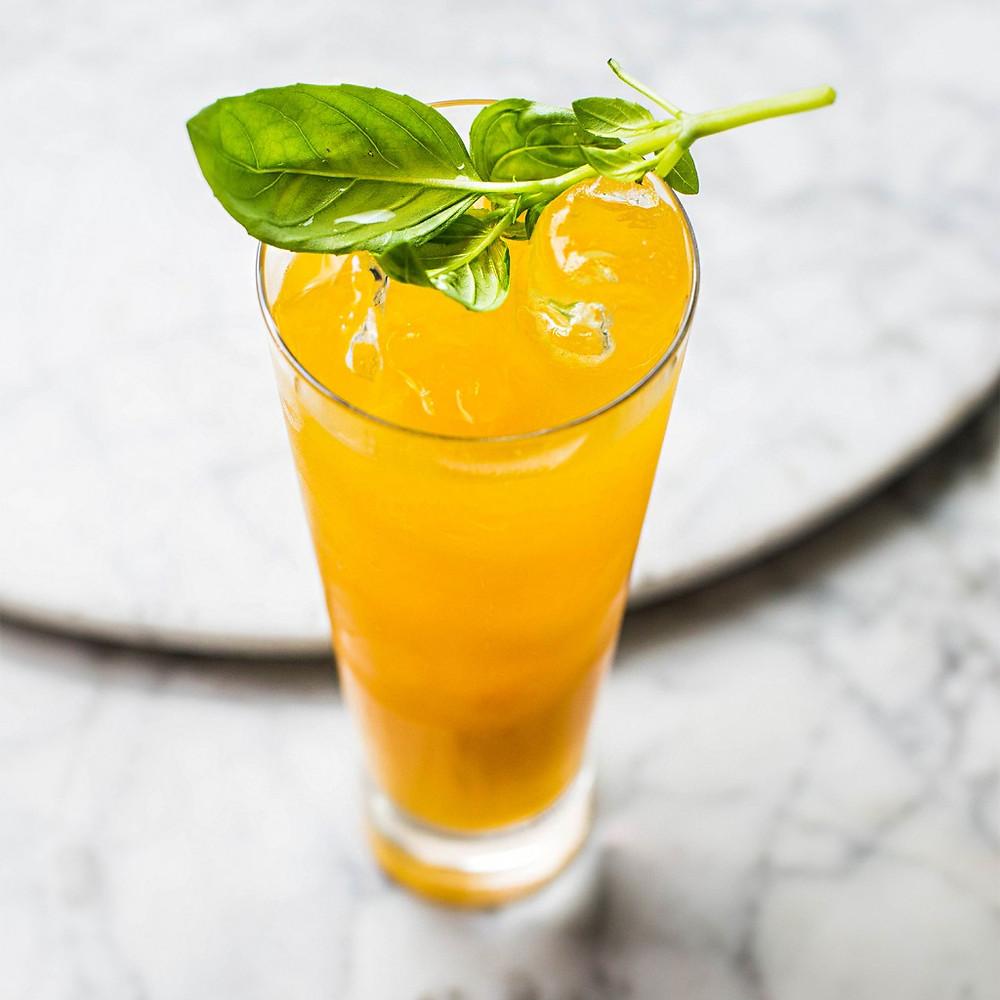 mangų kokteilis su bazilikais