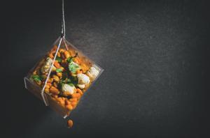 Žiedinio kopūsto salotos su pupelėmis kario padaže, vmg receptas