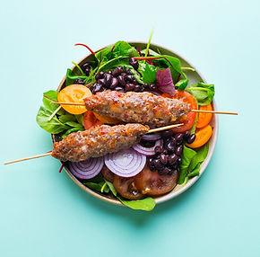 Kai iki laimės trūksta tiek nedaug: vištienos kebabas su margomis salotomis