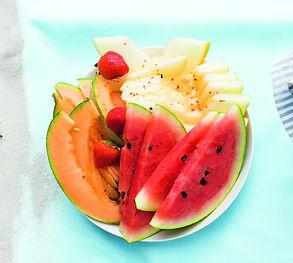 3 receptai skaniai iškylai namuose: arbūzas su ledinukais, gaivūs ledai, vaisiai su paprika