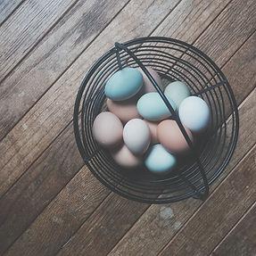 Spalvos be chemikalų: natūralūs kiaušinių dažymo būdai
