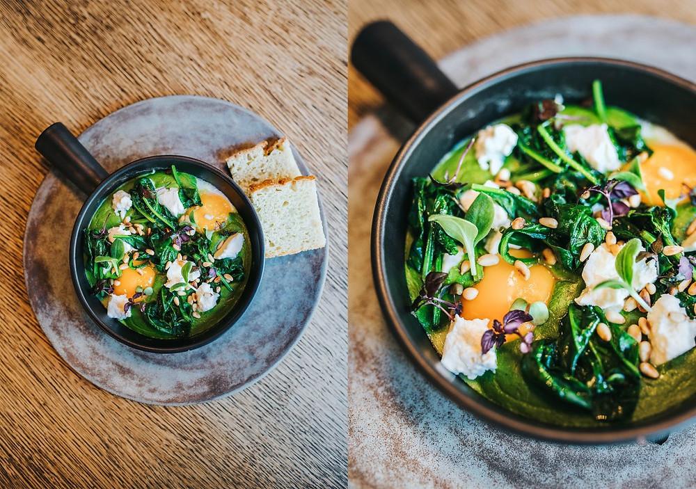 Žalioji šakšuka su špinatų ir lapinių kopūstų padažu, kedrinėmis pinijomis ir fetos sūriu - 8 Eur. (Valerijos Stonytės nuotr.)