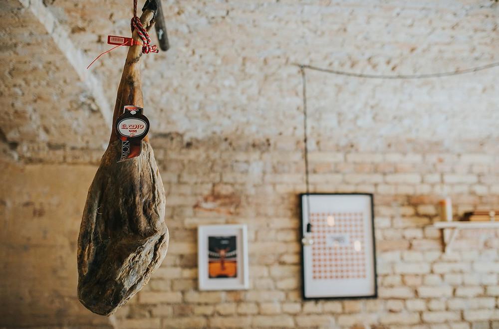 """Šventės proga """"Tapas"""" bare bus pjaunamas aukščiausios rūšies """"Jamón Ibérico de Bellota"""". Šis kumpis pasižymi ypatinga marmurine struktūra, nes 80 proc. laisvai vaikščiojusios kiaulaitės mitybos sudarė ąžuolo gilės (Valerijos Stonytės nuotr.)."""