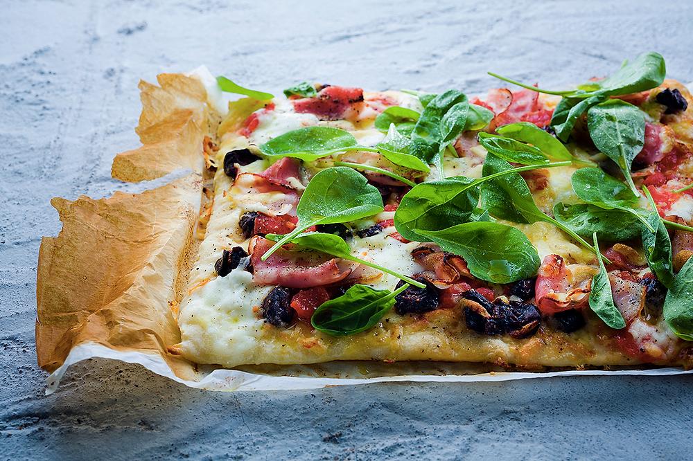 Pica su špinatais, šonine ir džiovintomis slyvomis,vmg receptas