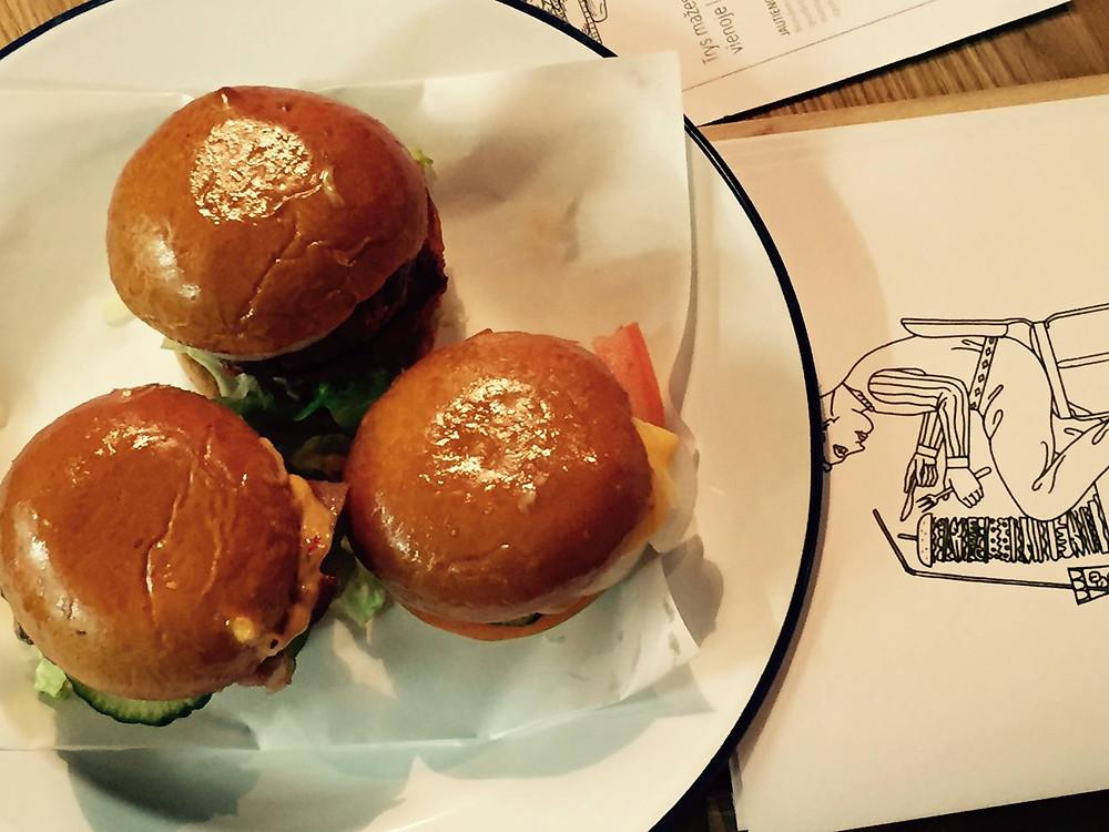 """Vėlyvųjų pusryčių metu ragaukite mėsainį su kiaušiniu (""""Drama burger"""" nuotr.)"""