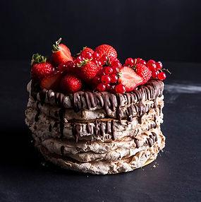 Neatsivalgomas daugiasluoksnis trapios tešlos tortas su riešutiniu morengu (Receptas)